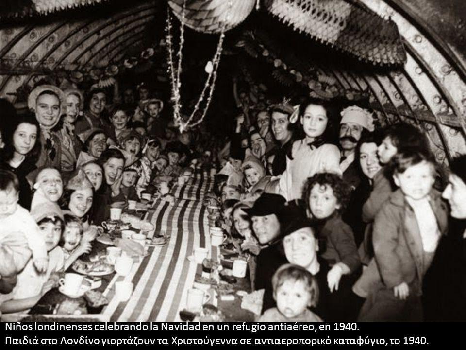 Niños londinenses celebrando la Navidad en un refugio antiaéreo, en 1940. Παιδιά στο Λονδίνο γιορτάζουν τα Χριστούγεννα σε αντιαεροπορικό καταφύγιο, τ
