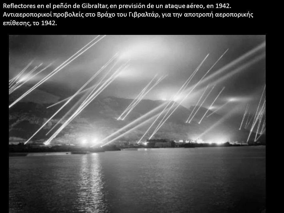 Reflectores en el peñón de Gibraltar, en previsión de un ataque aéreo, en 1942. Αντιαεροπορικοί προβολείς στο Βράχο του Γιβραλτάρ, για την αποτροπή αε