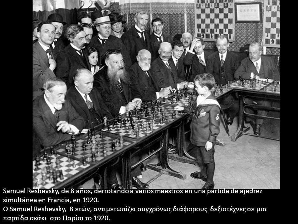 Samuel Reshevsky, de 8 años, derrotando a varios maestros en una partida de ajedrez simultánea en Francia, en 1920. Ο Samuel Reshevsky, 8 ετών, αντιμε