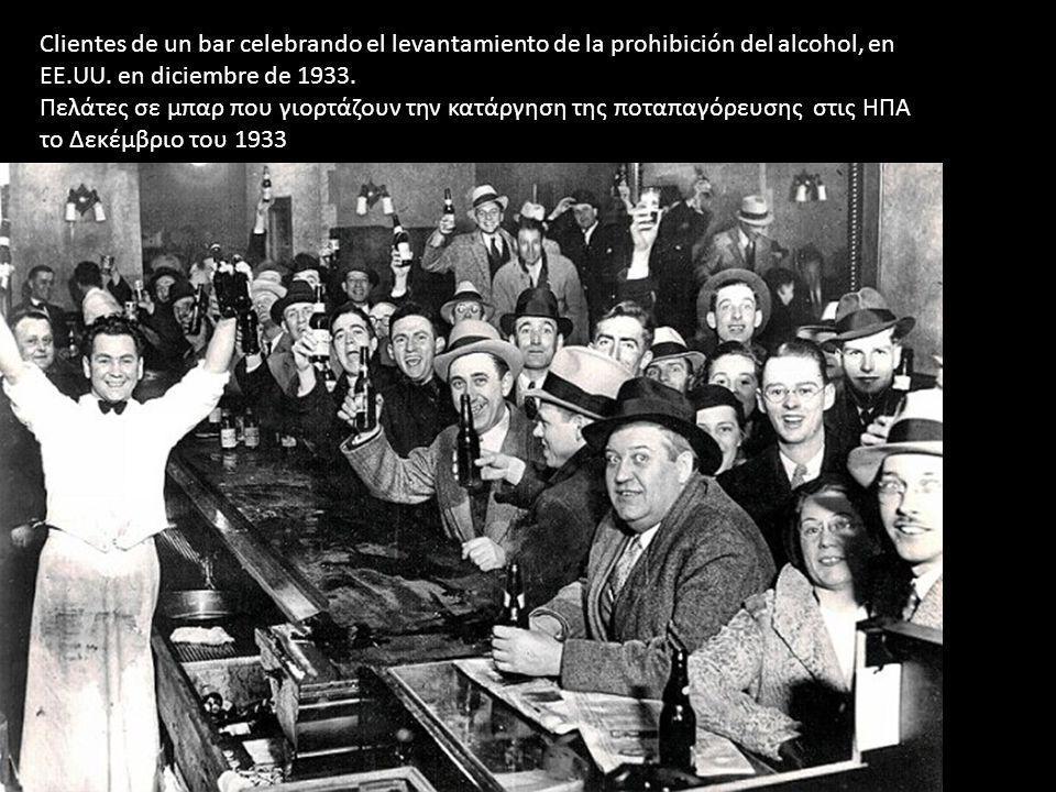Clientes de un bar celebrando el levantamiento de la prohibición del alcohol, en EE.UU. en diciembre de 1933. Πελάτες σε μπαρ που γιορτάζουν την κατάρ