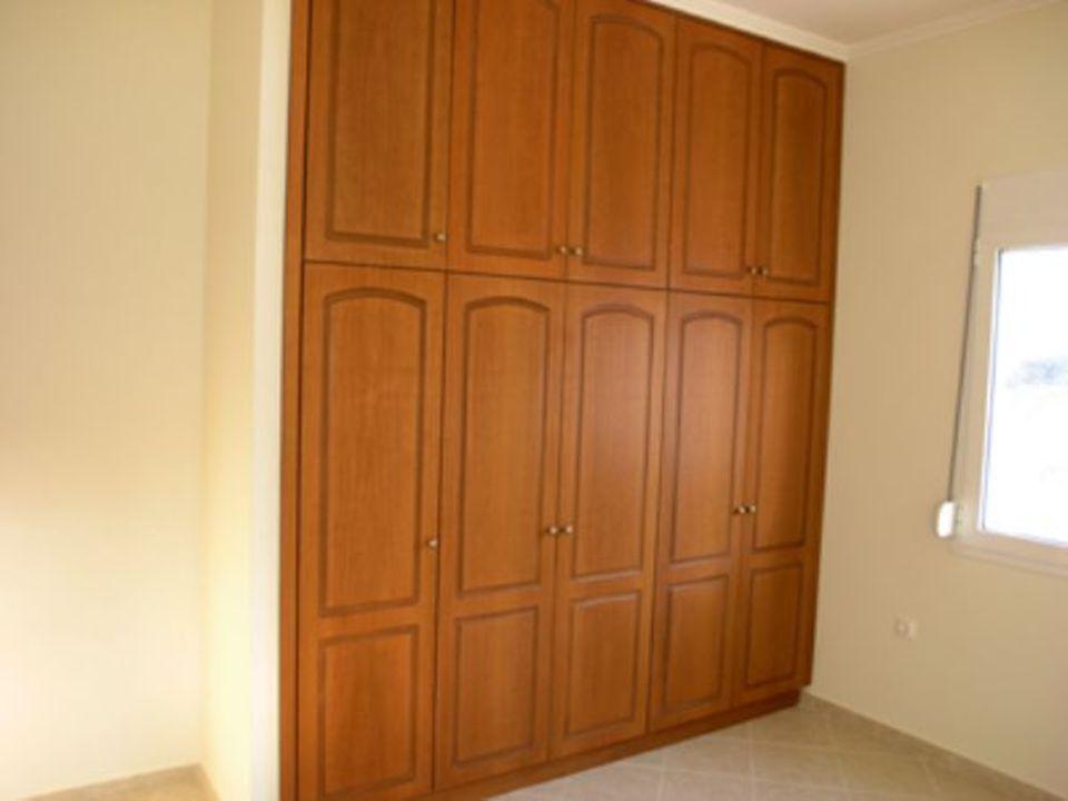 • Ντουλάπες •Τοποθετούνται στις κρεβατοκάμαρες κατασκευασμένες. Το εσωτερικό καθαρό βάθος των ντουλαπών είναι 55εκ. και το ύψος τους περίπου 2,90μ. Έχ
