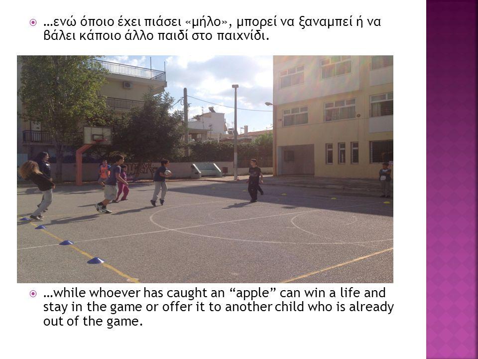 """ …ενώ όποιο έχει πιάσει «μήλο», μπορεί να ξαναμπεί ή να βάλει κάποιο άλλο παιδί στο παιχνίδι.  …while whoever has caught an """"apple"""" can win a life a"""