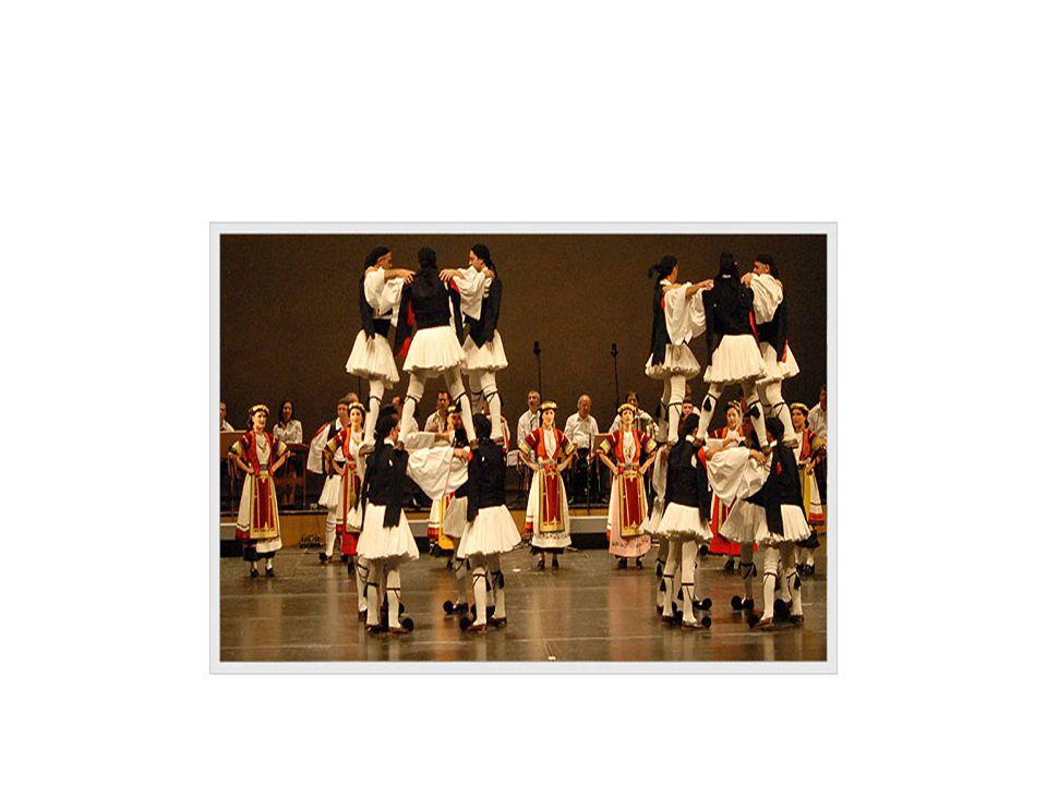 Αη Γιώργης Χορεύεται στην Κέρκυρα από γυναίκες που κρατούν μεγάλα μαντήλια, τα οποία μετακινούν δεξιά και αριστερά όταν σταυρώνουν αντίστοιχα τα πόδια.