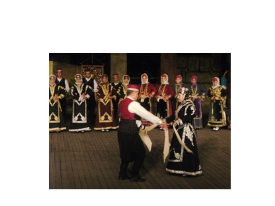 ΟΜΑΔΑ 3 (Κουβελιώτη Μαρίνα,Μάντης Νικόλας,Γιατρά Ιωάννα,Πετρόπουλος Τάσος,Αντωνιάδης Γιώργος) ΠΑΡΑΔΟΣΙΑΚΟΙ ΧΟΡΟΙ ΑΙΓΑΙΟΥ-ΔΩΔΕΚΑΝΗΣΑ Είναι χοροί ομαδικοί με επικρατέστερο χορευτικό σχήμα αυτό του ανοιχτού ή κλειστού κύκλου.Εδώ συναντάται η έννοια του χορευτικού ζευγαριού που χορεύει αντικριστά(καρσιλαμάδες) ή ζευγαρωτά(μπάλοι).