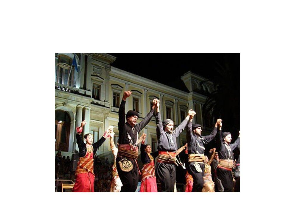 Στη Βόρειο Ελλάδα προστέθηκαν χάλκινα πνευστά και ακορντεόν, που συνηθίζονται στη λαϊκή μουσική Βαλκανικών χωρών.