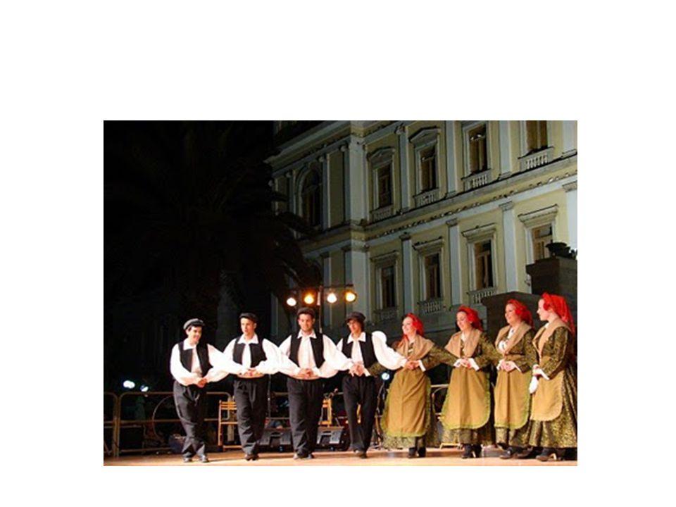 Ζεϊμπέκικος Ο Ζεϊμπέκικος ήταν καθαρά ανδρικός χορός, αργός και βαρύς που περιελάμβανε πολύ συχνά επίδειξη οπλομαχητικής.