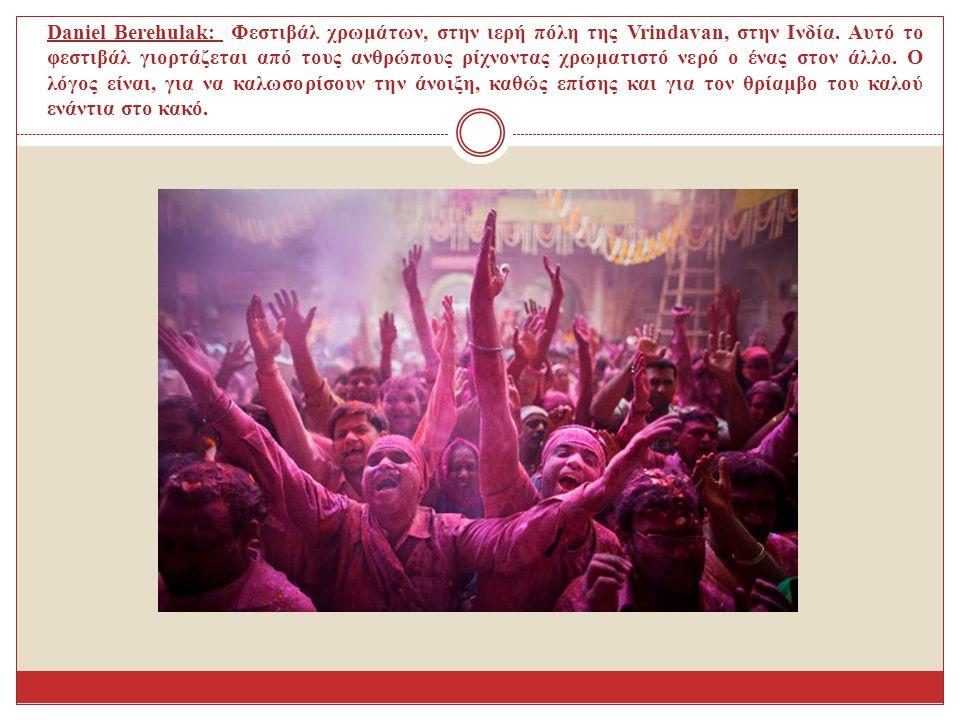 Daniel Berehulak: Φεστιβάλ χρωμάτων, στην ιερή πόλη της Vrindavan, στην Ινδία. Αυτό το φεστιβάλ γιορτάζεται από τους ανθρώπους ρίχνοντας χρωματιστό νε