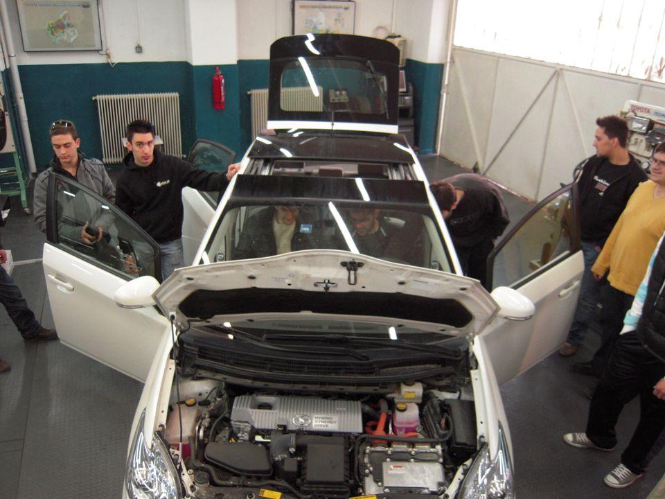Επισης εκτελει εργασίες ρύθμισης στα μηχανικά και υδραυλικά μέρη του οχήματος, κατασκευή διαφόρων μερών του οχήματος ή επιδιόρθωσή τους, συναρμολόγηση τμημάτων εξαρτημάτων αυτοκίνητου, συστηματική συντήρηση οχημάτων, επισκευές στην προθεσμία των εγγυήσεων και έλεγχος, γενικές και ολικές επισκευές.
