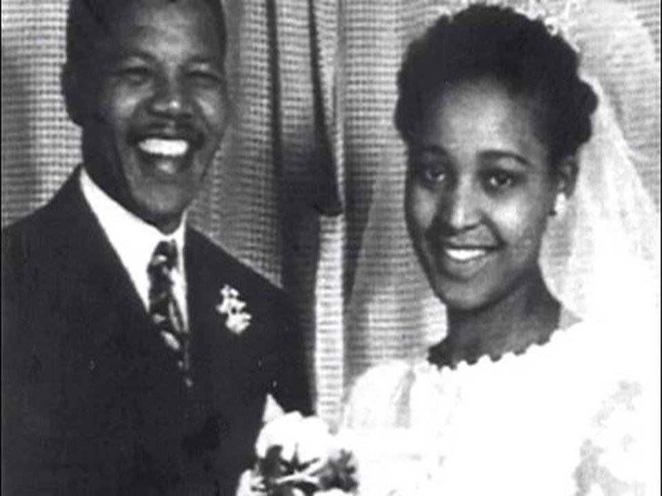 Η ΦΥΛΑΚΙΣΗ • Φυλακίστηκε για 27 χρόνια από το «καθεστώς των λευκών» αλλά απελευθερώθηκε το 1990 για να γίνει τέσσερα χρόνια αργότερα ο πρώτος μαύρος πρόεδρος της χώρας και να διαδραματίσει ηγετικό ρόλο στην πορεία προς την ειρήνη και την κατάργηση των θεσμοθετημένων φυλετικών διακρίσεων.