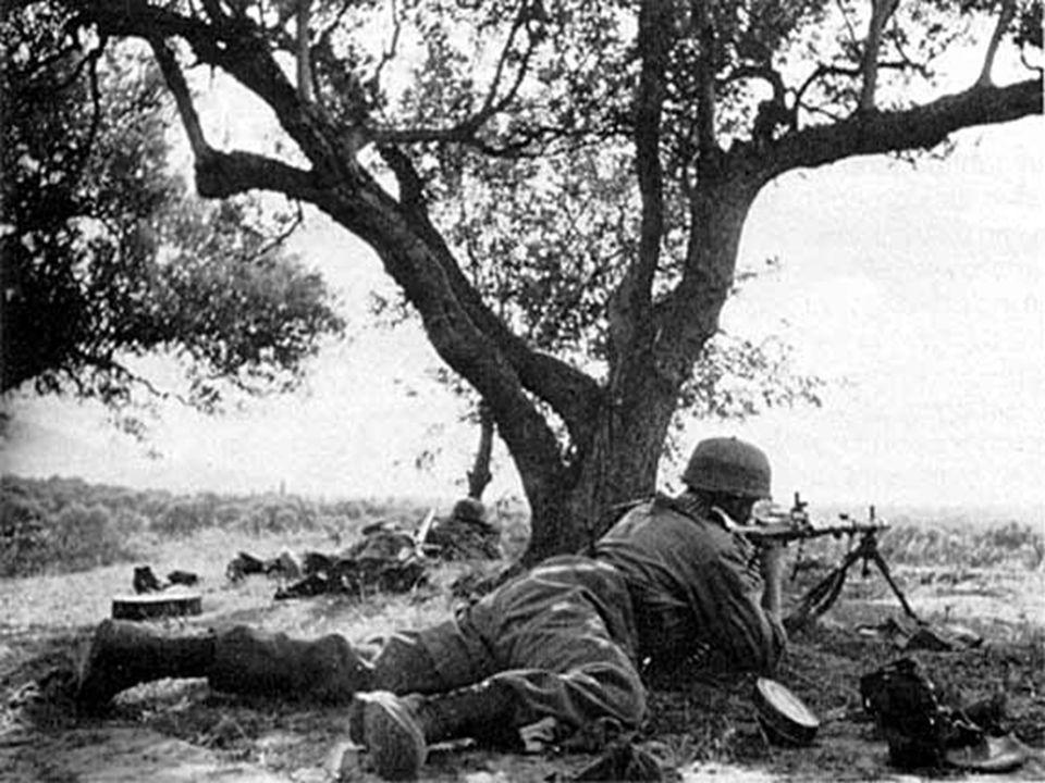 Ο Γερμανός Ταγματάρχης Σούλτζ υποδεικνύει κάποιο ενδιαφέρον σημείο στο Ηράκλειο στους Στουτέντ και Μπρόγιερ.