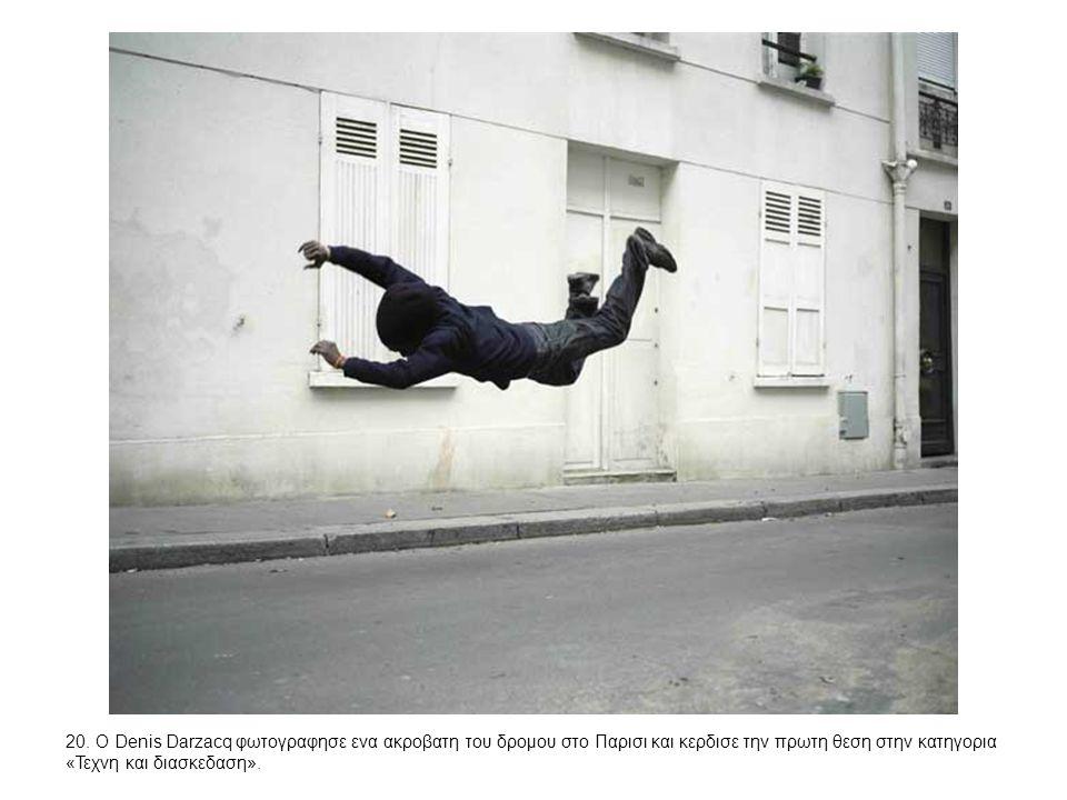 20. Ο Denis Darzacq φωτογραφησε ενα ακροβατη του δρομου στο Παρισι και κερδισε την πρωτη θεση στην κατηγορια «Τεχνη και διασκεδαση».