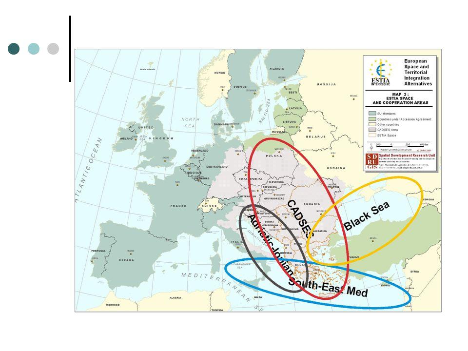 Το πλαίσιο ανάπτυξης των υποδομών μεταφορών Το πλαίσιο ανάπτυξης των υποδομών μεταφορών στη ΝΑ Ευρώπη προσδιορίζουν: Οι αποφάσεις των Πανευρωπαϊκών Διασκέψεων για τις μεταφορές στην Κρήτη (1994) και στο Ελσίνκι (1997) για τον προσδιορισμό των Πανευρωπαϊκών Αξόνων και Περιοχών που αφορούν τα Βαλκάνια: Άξονες IV, V, VII, VIII, X και η περιοχή Αδριατικής- Ιονίου.