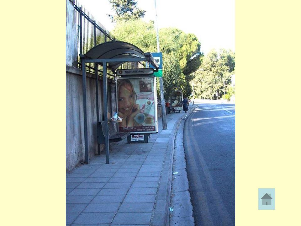 ΠΕΖΟΔΡΟΜΙΑ •Σ•Στα πεζοδρόμια συχνά υπάρχουν εμπόδια που εμποδίζουν την ασφαλή διακίνηση των πεζών. Μπορείτε να σκεφτείτε μερικά; - πινακίδες και στάσε