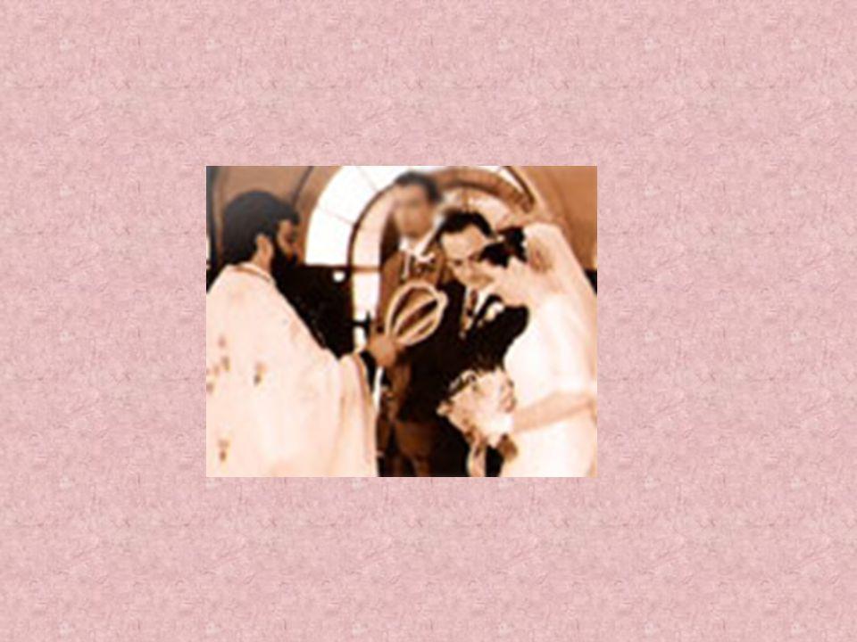 Τα στέφανα είναι σύμβολα βασιλικά. Με το γάμο δημιουργείται ένα νέο βασίλειο. Το σπίτι και η οικογένεια των δύο νεονύμφων. Ο Ιερέας αφού ευλογήσει τα