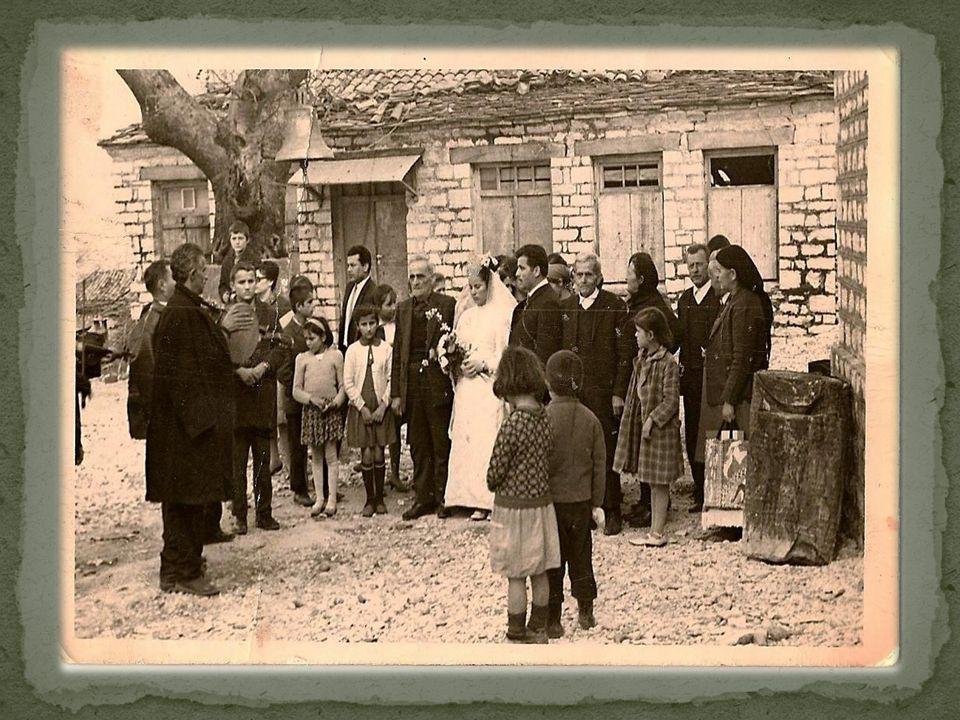 Αφού συμφωνούσαν στο θέμα της προίκας (κτήματα, χρήματα, κεντήματα-υφαντά), όλοι μαζί ξεκινούσαν για το σπίτι της νύφης. Δίνανε τα χέρια και η πρώτη τ