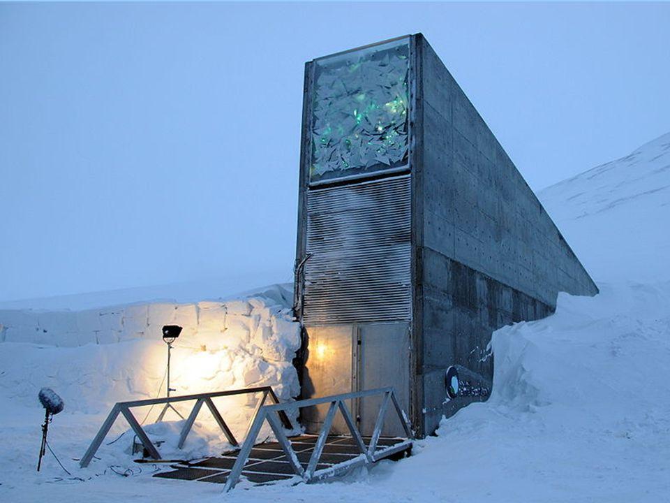 Το Διεθνές Svalbard Seed Vault (SISV), επίσης γνωστό ως η «Θησαυροφυλάκιο για την επόμενη ημέρα της Κρίσεως-The doomsday vault έχει σχεδιαστεί για να διασώσει δείγματα όλων των ποικιλιών σπόρων, που γνωρίζει ο άνθρωπος.