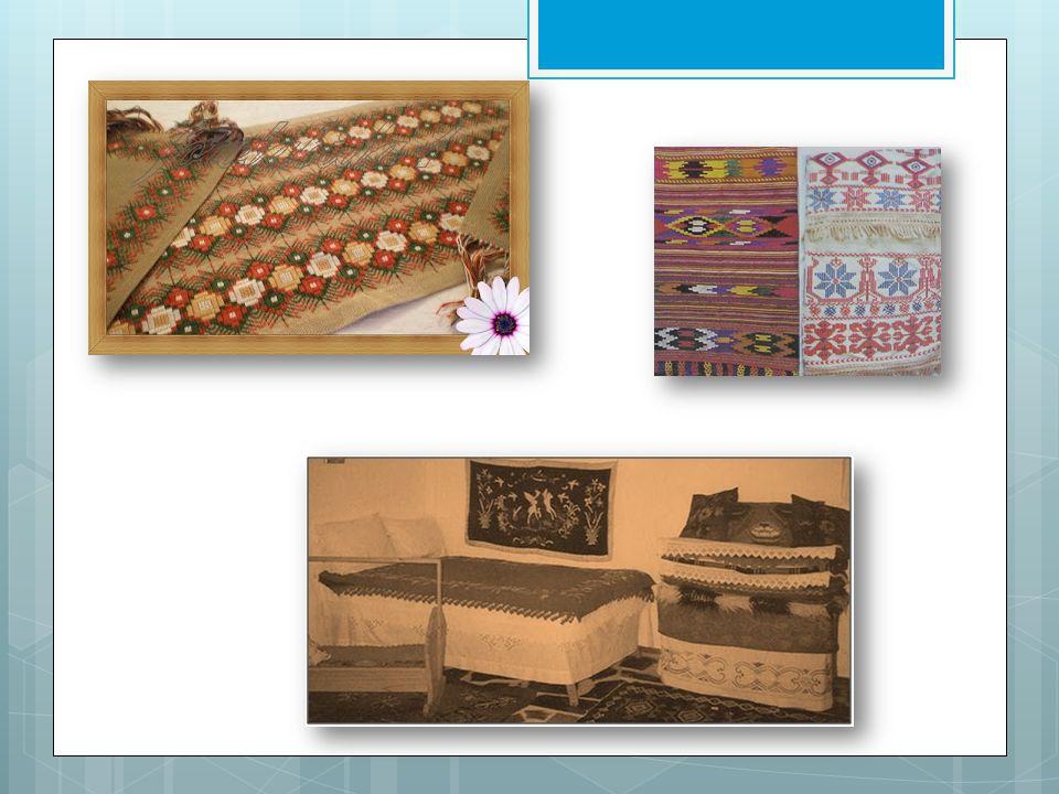 •Μερικά βασικά εργαλεία-αντικείμενα που χρησιμοποιούσαν στην οικιακή υφαντική ήταν: 1.Η ρόκα: μία λεπτή ξύλινη ράβδος στην πάνω άκρη της οποίας τύλιγαν το μαλλί ή το βαμβάκι.