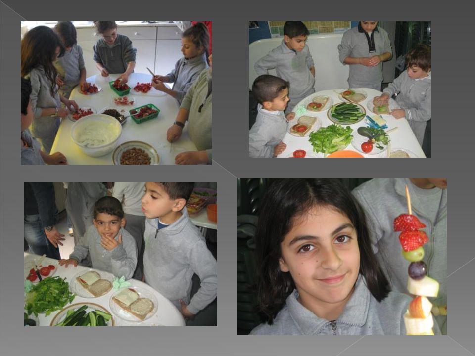  Στα πλαίσια του μαθήματος της Τέχνης: › Τα παιδιά της Α΄ και Β΄ τάξης έφτιαξαν διάφορα λαχανικά (καρότα, ντομάτες, αγγουράκια, ρεπανάκια) με χαρτοπολτό τα οποία ακολούθως έβαψαν με μπογιές.