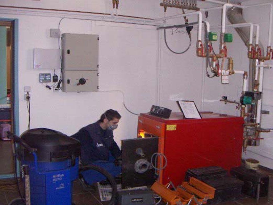 Καυστήρας Καυστήρας είναι μια συσκευή προσαρμοσμένη πάνω στο λέβητα, μέσα στην οποία επιτυγχάνεται η ανάμειξη του καύσιμου υλικού, υγρού ή αερίου με τον αέρα, έτσι ώστε να προκαλείται και να συντηρείται η καύση.
