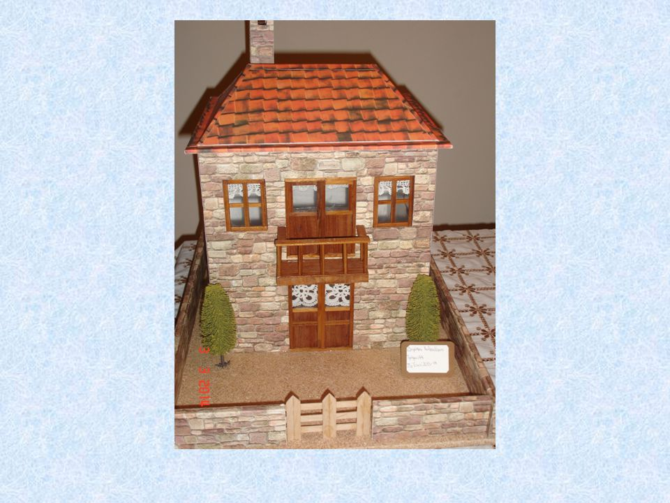 ΔΙΑΔΙΚΑΣΙΕΣ ΚΑΤΑΣΚΕΥΗΣ Επιλέγουμε το αντικείμενο μελέτης Αποφασίζουμε την κλίμακα κατασκευής Σχεδιάζουμε και κόβουμε τα διάφορα μέρη (τοίχους, ταβάνι, σκεπή, μαντρότοιχους) Κόβουμε στα σημεία των παράθυρων και της πόρτας αφήνοντας κενό χώρο Καλύπτουμε τους τοίχους με χαρτόνια απομίμησης πέτρας