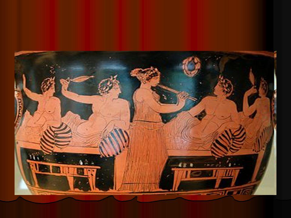 Φαίνεται πως, στις περισσότερες περιστάσεις, οι γυναίκες γευμάτιζαν χωριστά από τους άνδρες.Εάν το μέγεθος του σπιτιού το καθιστούσε αδύνατο, οι άνδρες κάθονταν στο τραπέζι πρώτοι, με τις γυναίκες να τους ακολουθούν μόνο αφού οι τελευταίοι είχαν ολοκληρώσει το γεύμα τους.Ρόλο υπηρετών διατηρούσαν οι δούλοι.Στις φτωχές οικογένειες, σύμφωνα με το φιλόσοφο Αριστοτέλη, τις υπηρεσίες τους προσέφεραν οι γυναίκες και τα παιδιά, καλύπτοντας την απουσία δούλων.