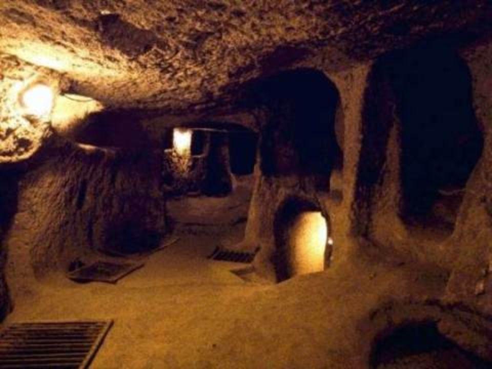Η πόλη είχε χρησιμοποιηθεί ως καταφύγιο από χιλιάδες ανθρώπους που ζούσαν στις σπηλιές για να προστατευθούν από τις συχνές επιδρομές που δέχθηκε η Καπαδοκία, κατά τις διάφορες περιόδους απασχόλησης τους, καθώς επίσης και από τους πρώτους Χριστιανούς.