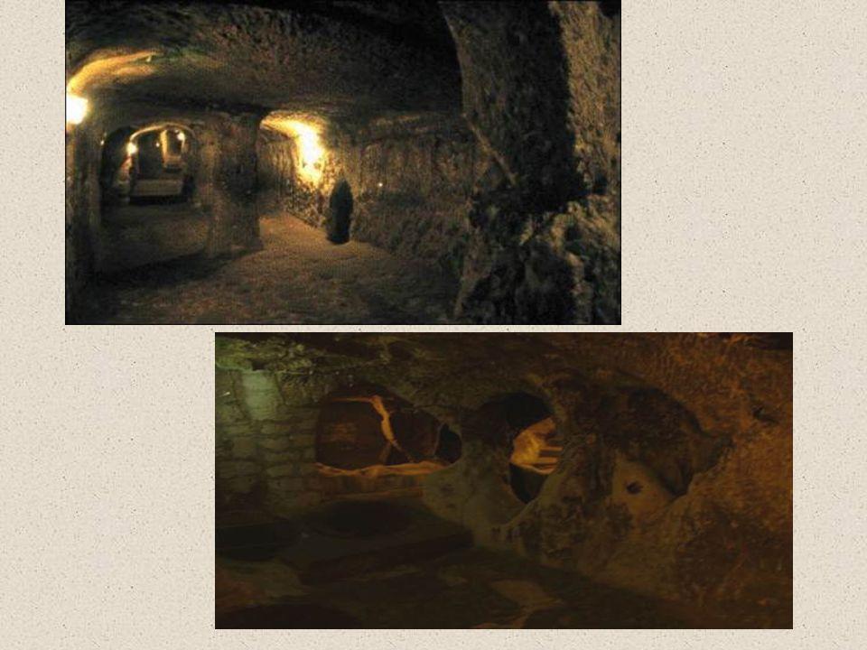 Επιπλέον, το Derinkuyu έχει μια σήραγγα περίπου 8 χιλιόμετρα σε μήκος, που οδηγεί σε μια άλλη υπόγεια πόλη της Καπαδοκίας, Kaymakli.