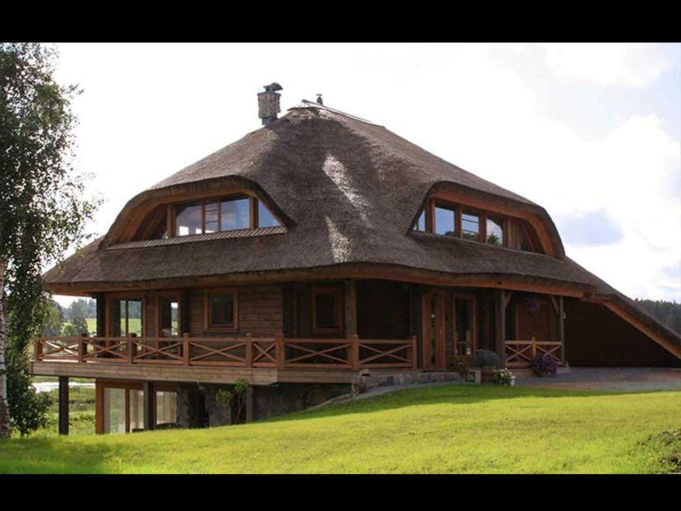 Η αρχιτεκτονική των σπιτιών επιτρέπει τέσσερα είδη στέγης – από άχυρο, κεραμίδια ή πλάκες.