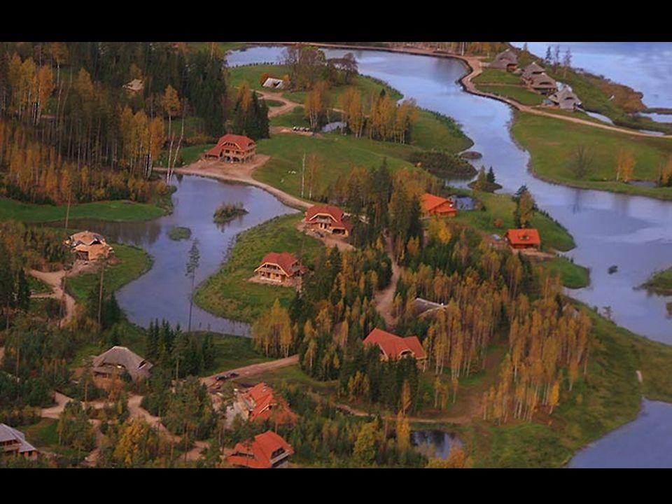 Η τοποθέτηση μιας νέας κατοικίας πρέπει να τηρεί δύο κυρίως κριτήρια: - Να μην κρύβει το πανέμορφο φυσικό τοπίο και - να επιτρέπει στους ιδιοκτήτες κάθε οικοπέδου να χαίρονται το δικό τους μικρό κομματάκι δάσους και την λιμνούλα με το γλυκό νερό.