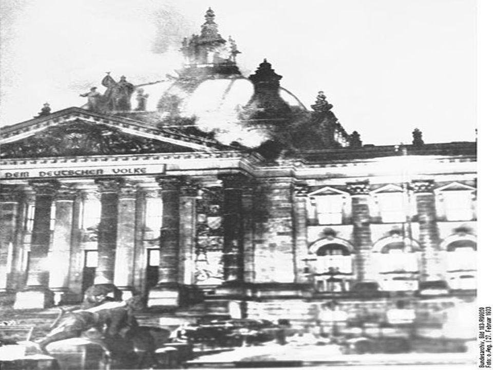  Στις 27 Φεβρουαρίου 1933 ξεσπά πυρκαγιά στο Ράιχσταγκ. Ο νεαρός Ολλανδός κομμουνιστής Μαρίνους φαν ντερ Λούμπε (Marinus van der Lubbe) συλλαμβάνεται