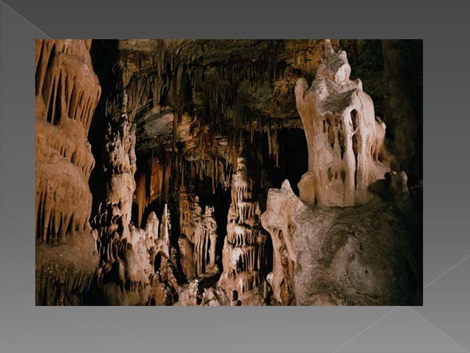  Τρύπια Σπηλιά – Φυσική γέφυρα Μαυροβουνίου: Βρίσκεται στα δεξιά του μονοπατιού που από το διάσελο Σταυρός οδηγεί στο Μαυροβούνιο του Υμηττού.