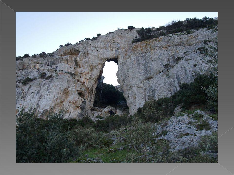  Λεονταριού σπήλαιο : Βρίσκεται Β - ΒΑ της κορυφής του υψώματος Κορακοβούνι του Υμηττού.