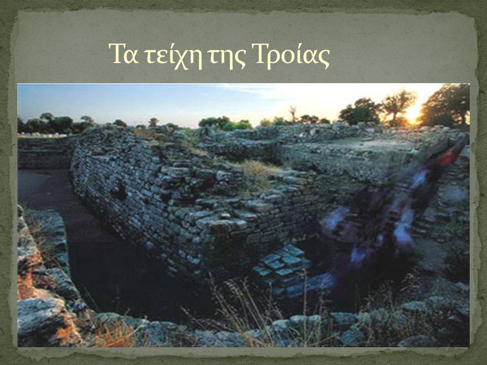 Τα τείχη της Τροίας ήταν κτισμένα γύρω από την ακρόπολη, ενώ της Γορίτσας καλύπτουν περιμετρικά όλο το λόφο.