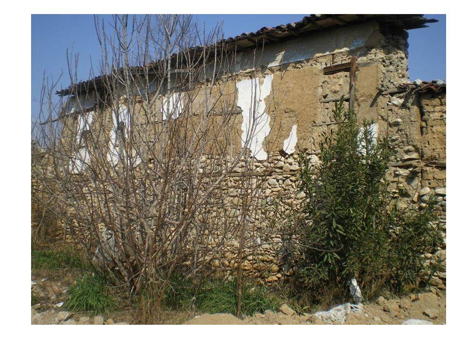Τα σπίτια που ήταν πάνω σε δρόμο είχαν την αυλή στο εσωτερικό ώστε να μη γίνονται ορατοί οι ιδιοκτήτες όταν κινούνταν σ' αυτήν.
