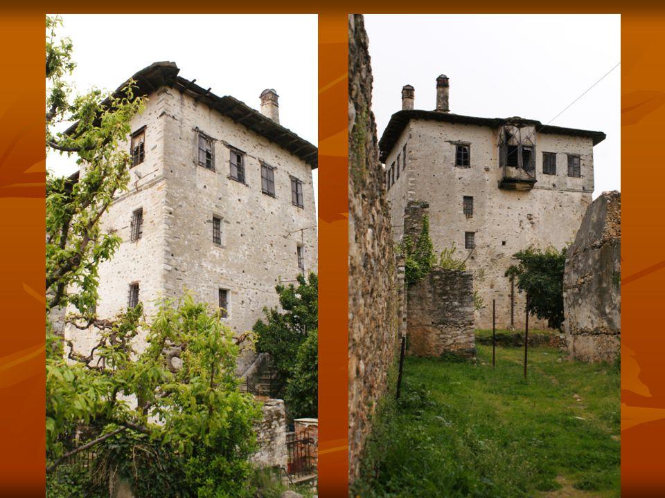  Δίπλα στον πύργο ανατολικά υπάρχει αποθήκη - στάβλος και δυτικά ερειπωμένη η γαλιάγρια .
