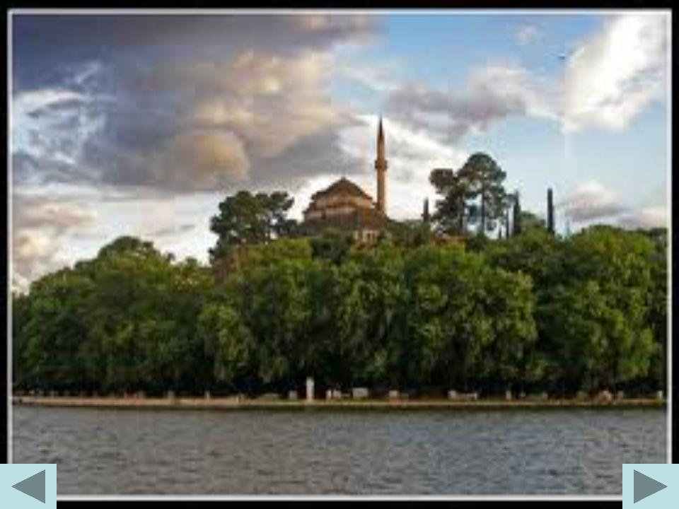 Το Σουφαρί Σεράι Είναι ένα μεγαλοπρεπές διώροφο κτίριο, στο οποίο στεγαζόταν η Σχολή Ιππικού του Αλή Πασά.