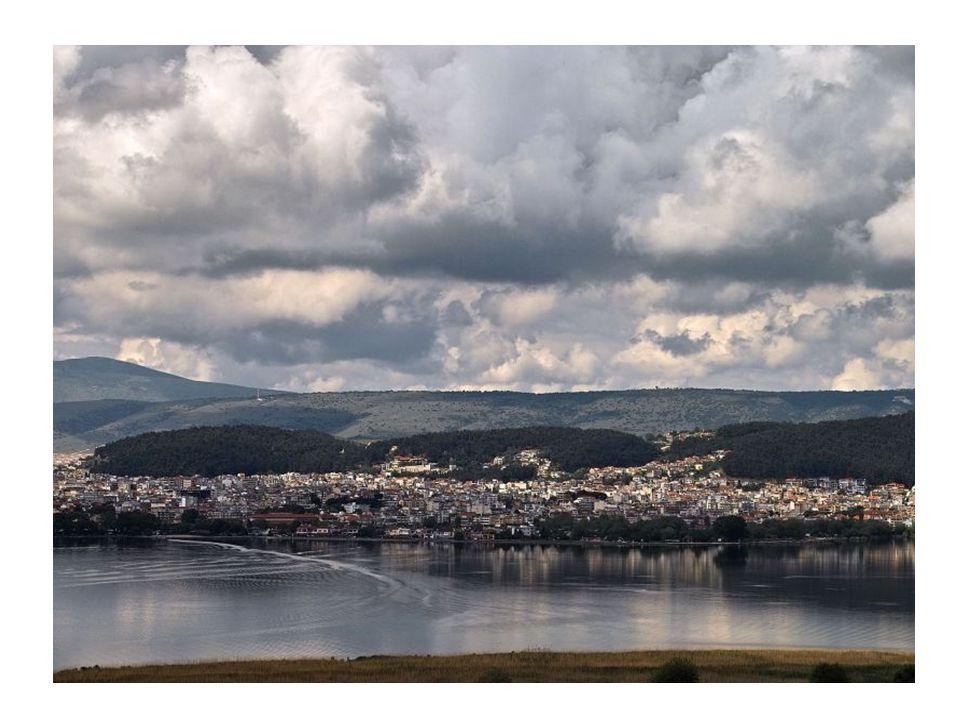 Κυρά Φροσύνη Η θρυλική μορφή της ωραίας Γιαννιώτισσας συνδέεται με την πόλη των Ιωαννίνων και ιδιαίτερα με το Κάστρο και τη λίμνη.