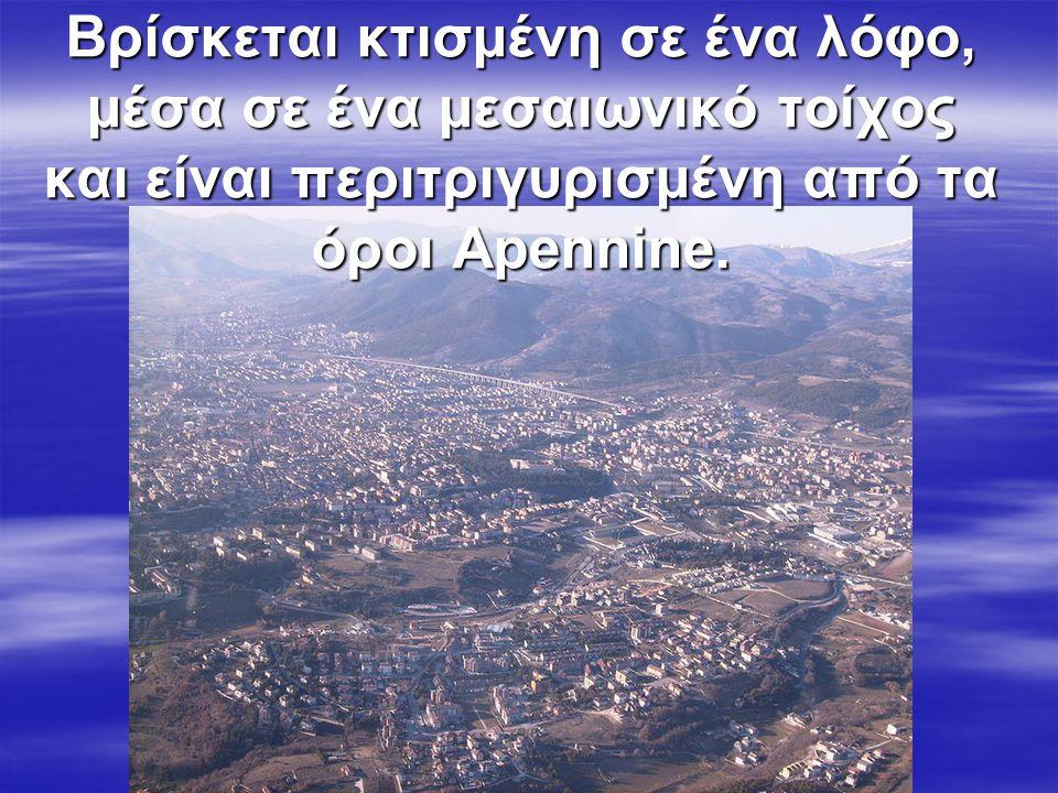 Βρίσκεται κτισμένη σε ένα λόφο, μέσα σε ένα μεσαιωνικό τοίχος και είναι περιτριγυρισμένη από τα όροι Apennine.