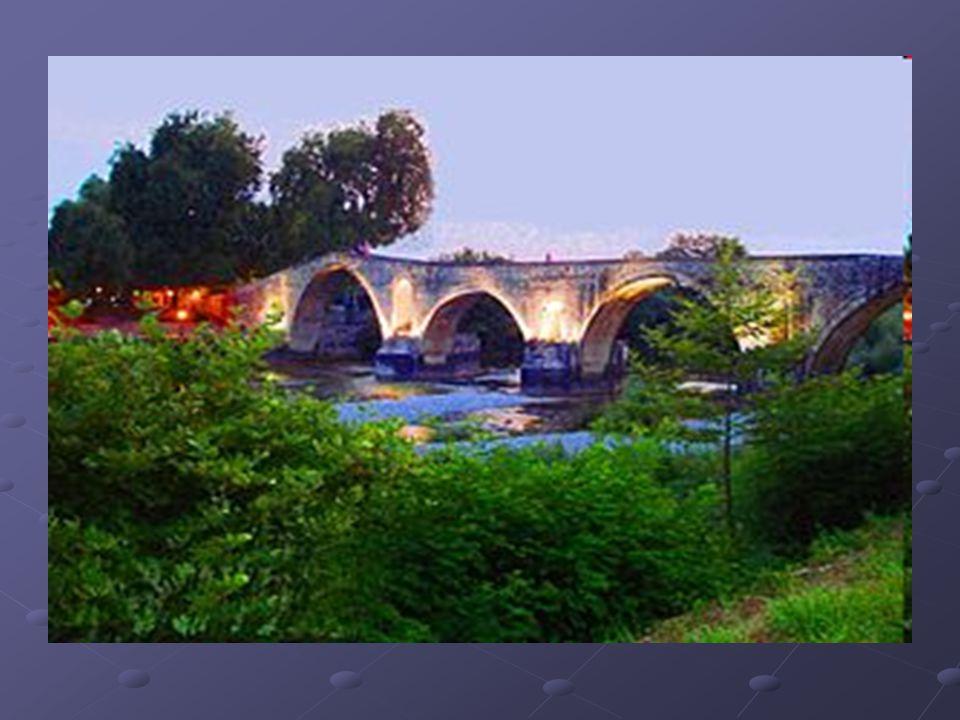 Περιγραφή του γεφυριού της Άρτας Το σημερινό μήκος του πέτρινου γεφυριού της Άρτας φτάνει στα 145 m, και το πλάτος του είναι 3,75 m.