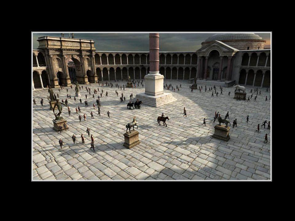 Η πλατεία ήταν διακοσμημένη με αγάλματα, όπως ένα δελφίνι, ένας ελέφαντας, μια ομάδα ιππόκαμπων κ.ά.